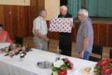 Místostarosta obce F. Rejzek předává společný dar od berounských Drozdováků