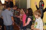 Páťáci vítají své kamarády z první třídy kytičkou.