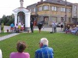 Starosta obce pan Pavel Sládek vítá občany a připomíná historii kapličky.