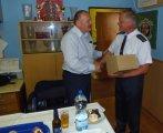 Starosta hasičů L.Homolka předává dar J. Peřinovi,náměstku hejtmana Stř. kraje, který zavítal 2.7. 2016 mezi drozdovské hasiče.